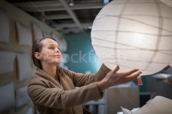 Stockfoto: Mooie · jonge · vrouw · kiezen · lamp · appartement