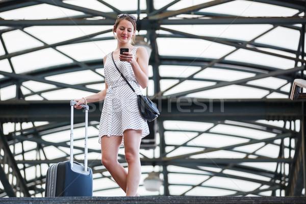 Mooie jonge vrouw treinstation vrouw stad trein Stockfoto © lightpoet