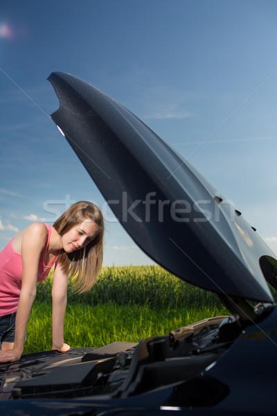 Csinos fiatal nő útszéli autó törött lefelé Stock fotó © lightpoet