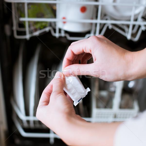 Huishoudelijk werk jonge vrouw gerechten vaatwasmachine huis meisje Stockfoto © lightpoet