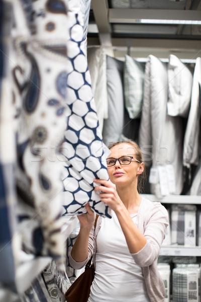 Stockfoto: Mooie · jonge · vrouw · kiezen · bed · moderne
