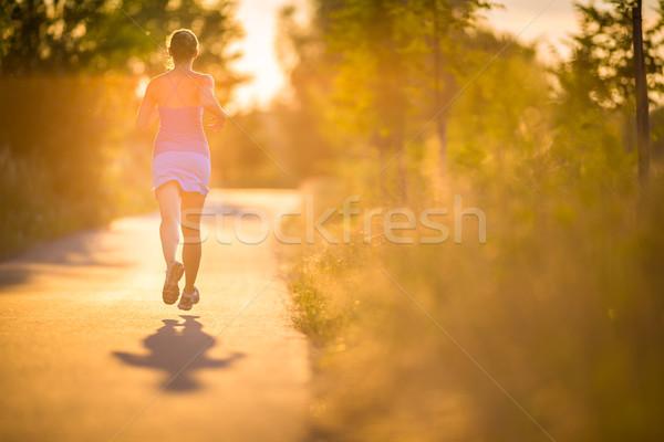 Jeune femme courir extérieur ensoleillée été Photo stock © lightpoet