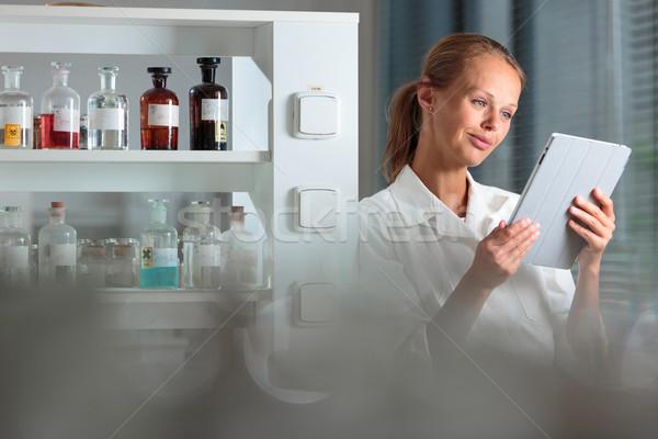 Portret vrouwelijke onderzoeker biochemie lab onderzoek Stockfoto © lightpoet