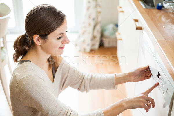 Foto stock: Tareas · de · la · casa · platos · lavavajillas · casa · nina