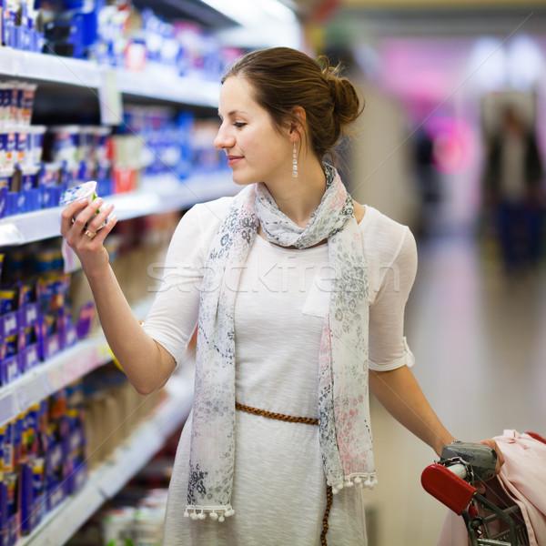 Mooie jonge vrouw winkelen dagboek producten kruidenier Stockfoto © lightpoet