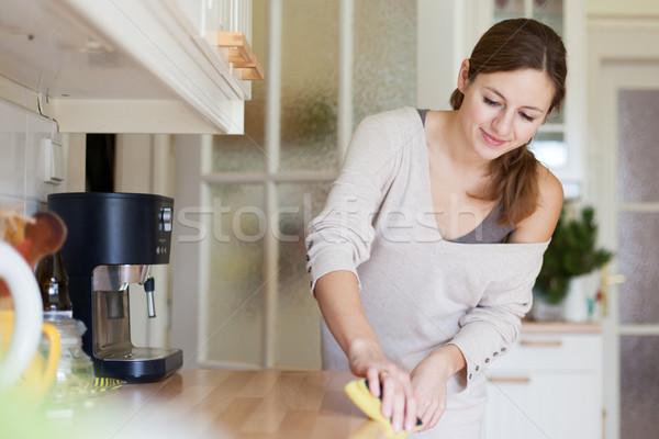 Jonge vrouw huishoudelijk werk schoonmaken keuken huis meisje Stockfoto © lightpoet