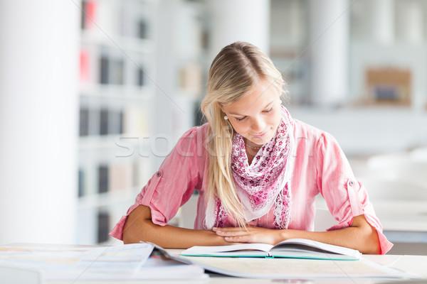 Stok fotoğraf: Kütüphane · güzel · kadın · öğrenci · kitaplar · çalışma