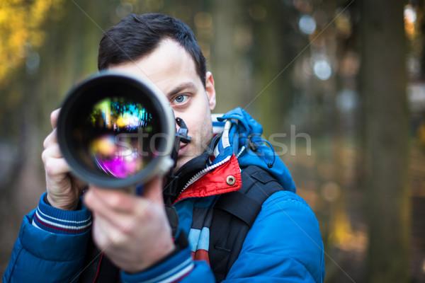 Młodych mężczyzna fotograf zdjęć ogromny Zdjęcia stock © lightpoet