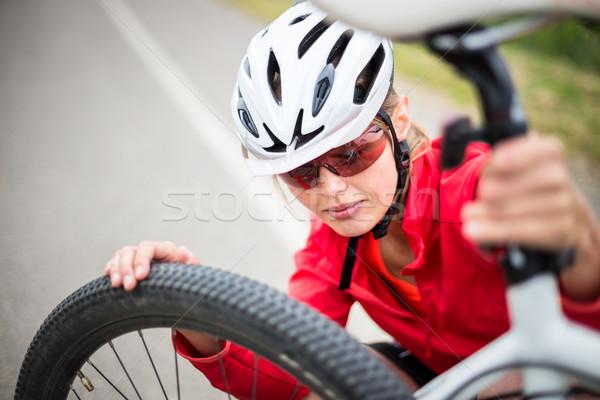 Mooie jonge vrouwelijke buitenshuis mountainbike Stockfoto © lightpoet