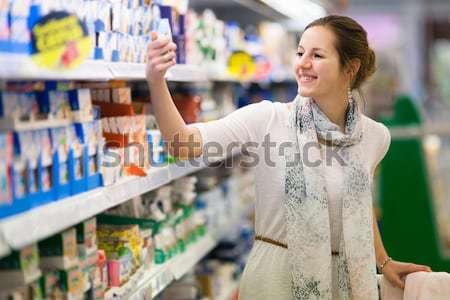 Gyönyörű fiatal nő vásárlás gyümölcsök zöldségek termény Stock fotó © lightpoet