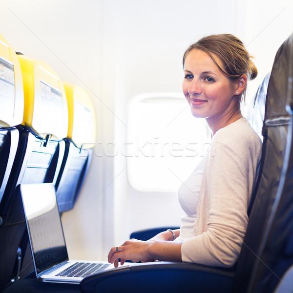 Foto stock: Mulher · jovem · conselho · trabalhando · computador · portátil · avião · computador
