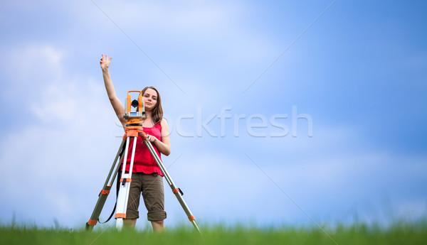 Młodych gruntów pracy kobieta niebo budynku Zdjęcia stock © lightpoet