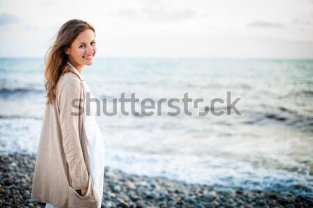 Fiatal nő tengerpart élvezi meleg nyár este Stock fotó © lightpoet