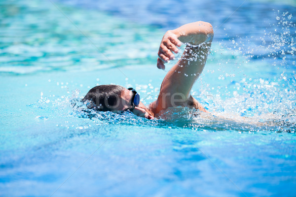 Jeune homme natation piscine train Photo stock © lightpoet