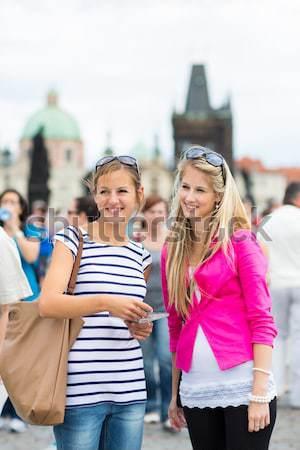 Dos femenino turistas caminando puente turismo Foto stock © lightpoet