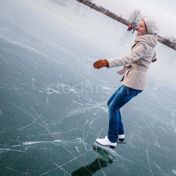 Mulher jovem ao ar livre lagoa inverno dia Foto stock © lightpoet