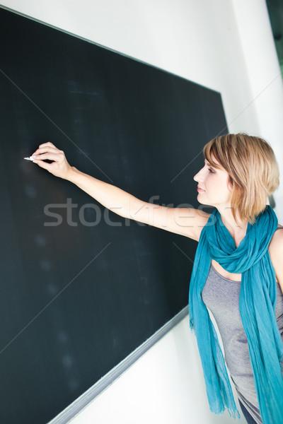 Stockfoto: Mooie · jonge · schrijven · schoolbord · college
