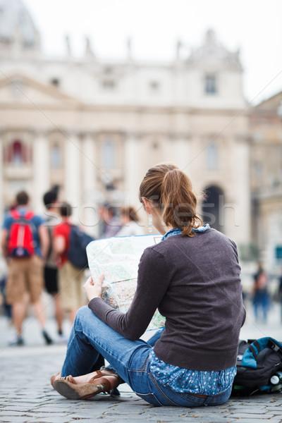 Foto stock: Bastante · jovem · feminino · turista · estudar · mapa