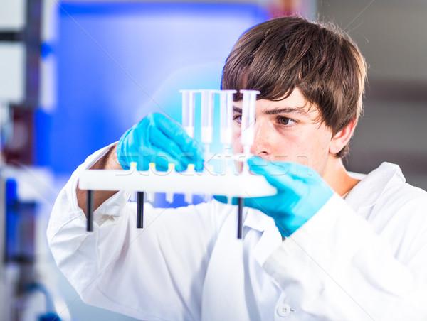 Jonge mannelijke onderzoeker uit wetenschappelijk onderzoek Stockfoto © lightpoet