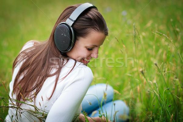 Retrato bastante mulher jovem ouvir música mp3 mp3 player Foto stock © lightpoet