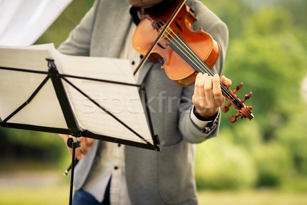 Férfi hegedűművész játszik hangszer olvas zene Stock fotó © lightpoet