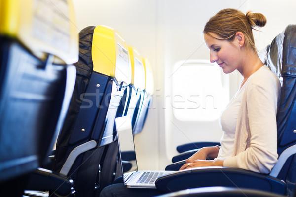 Foto stock: Mulher · jovem · conselho · trabalhando · computador · portátil · avião · mulher
