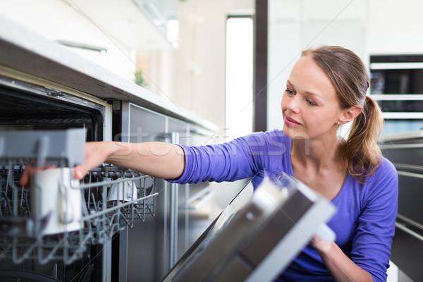 Bastante mulher jovem moderno bem cozinha Foto stock © lightpoet