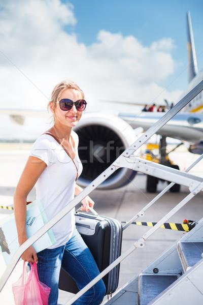 Indulás fiatal nő repülőtér tábla repülőgép napos Stock fotó © lightpoet