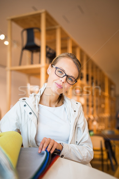 Csinos fiatal nő választ helyes modern belső Stock fotó © lightpoet