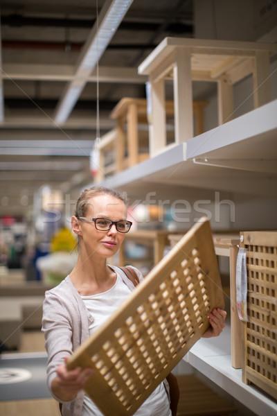 Bastante mulher jovem escolher direito mobiliário apartamento Foto stock © lightpoet