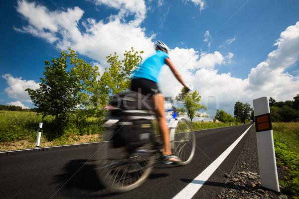 Kadın bisikletçi hareket Stok fotoğraf © lightpoet
