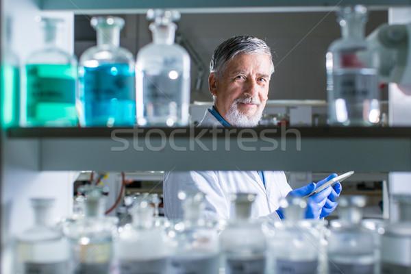 Starszy mężczyzna badacz na zewnątrz badania naukowe Zdjęcia stock © lightpoet
