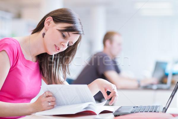 Stok fotoğraf: Kütüphane · güzel · kadın · öğrenci · dizüstü · bilgisayar · kitaplar