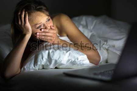 Dość młoda kobieta oglądania coś laptop bed Zdjęcia stock © lightpoet