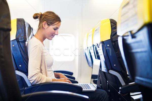 Stockfoto: Jonge · vrouw · boord · werken · laptop · computer · vliegtuig · computer