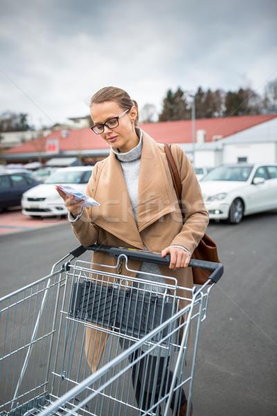 Csinos fiatal nő vásárol élelmiszer bolt autó Stock fotó © lightpoet