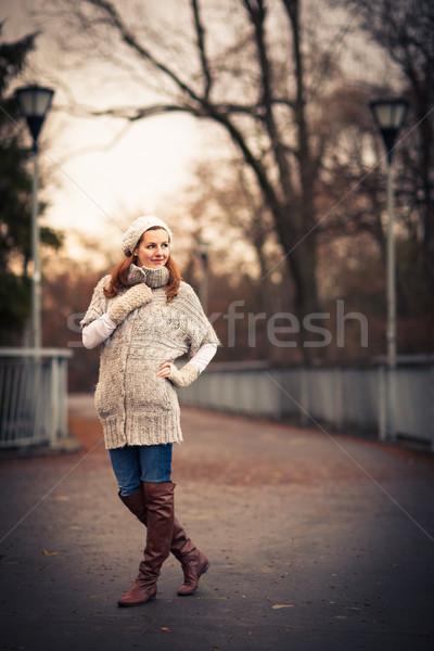 Jonge vrouw warm wollen cardigan poseren buiten Stockfoto © lightpoet