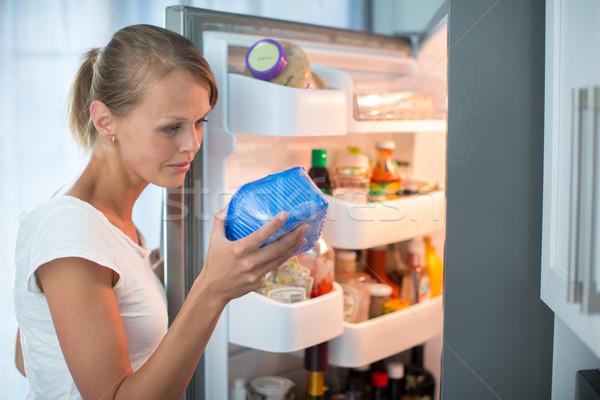 Сток-фото: довольно · кухне · холодильник · глядя · дата