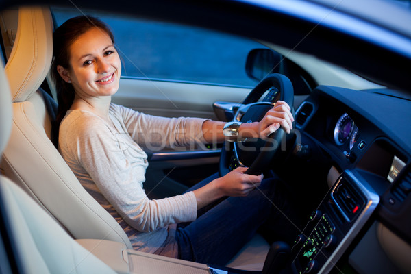 Foto stock: Bastante · mulher · jovem · condução · marca · raso