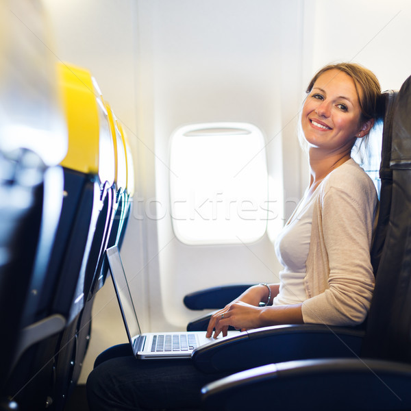Photo stock: Jeune · femme · travail · ordinateur · portable · bord · avion · ordinateur