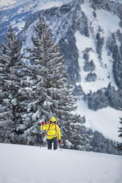 Młody człowiek wysoki góry zimą pogoda Zdjęcia stock © lightpoet