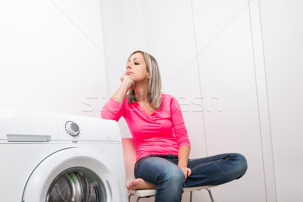 Trabalhos domésticos mulher jovem lavanderia espera lavagem programa Foto stock © lightpoet