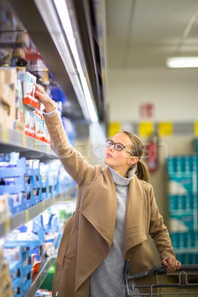 Belo mulher jovem compras frutas vegetal Foto stock © lightpoet