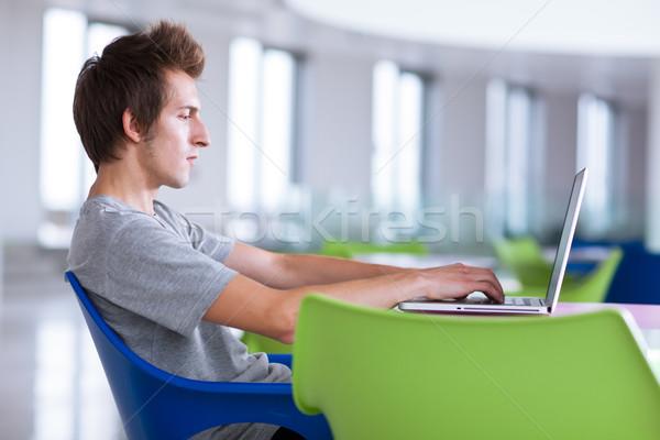 Főiskolai hallgató laptopot használ számítógép mélységélesség szín internet Stock fotó © lightpoet