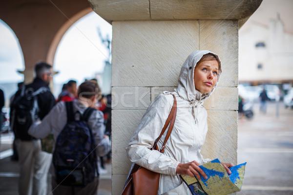 Prachtig vrouwelijke toeristische kaart buitenlands stad Stockfoto © lightpoet