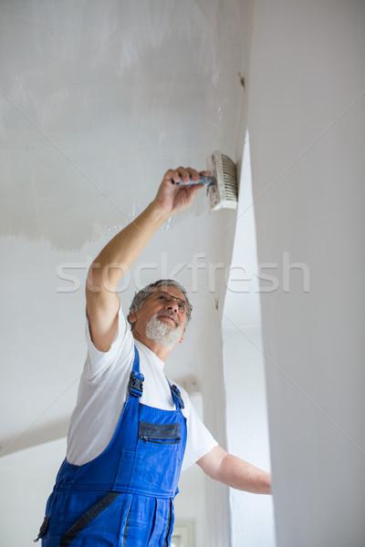 Senior pittore uomo lavoro secchio di vernice muro Foto d'archivio © lightpoet