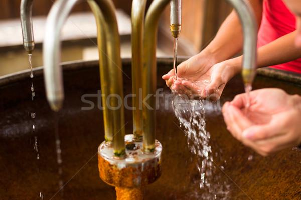 Emberek tömés felfelé kezek egészséges ásványvíz Stock fotó © lightpoet