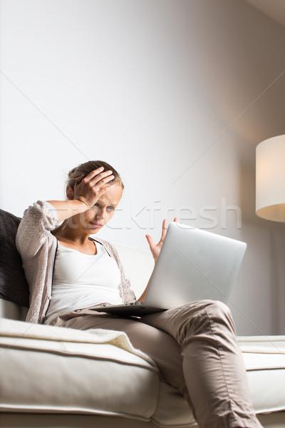 Bastante mulher jovem chamada chamar telefone cansado Foto stock © lightpoet