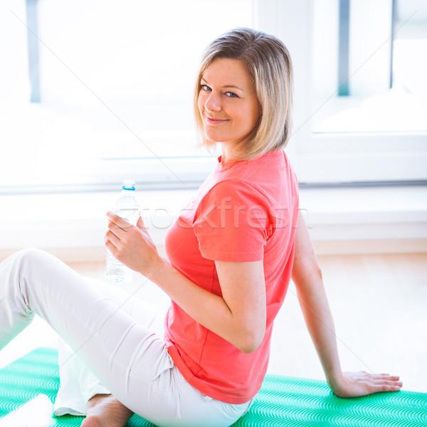 Csinos fiatal nő frissítő edzés otthon nő Stock fotó © lightpoet