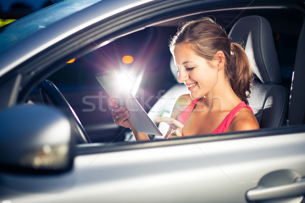 Csinos női sofőr táblagép sekély mélységélesség Stock fotó © lightpoet